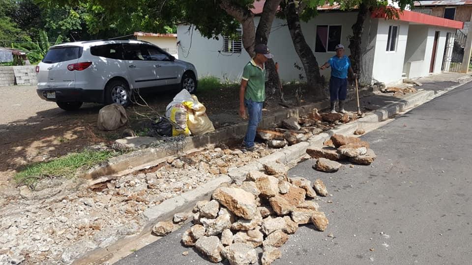 Avanzan los trabajos de construcción de aceras y contenes